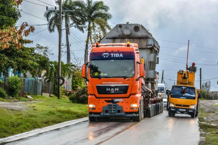 Un trasformador eléctrico de gran porte circula por carreteras de Holguín, el 31 de enero de 2018, en una compleja operación iniciada en días recientes, desde el poblado de Felton, en el este de la oriental provincia, hasta el municipio de Nuevitas, en Camagüey. ACN FOTO/Juan Pablo CARRERAS.