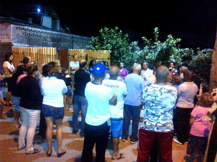 Candidatos a Diputados a la Asamblea Nacional y a Delegados a la Asamblea Provincial del Poder Popular por el Distrito 5 en Holguín intercambian en el barrio. Foto: Luis Ernesto.