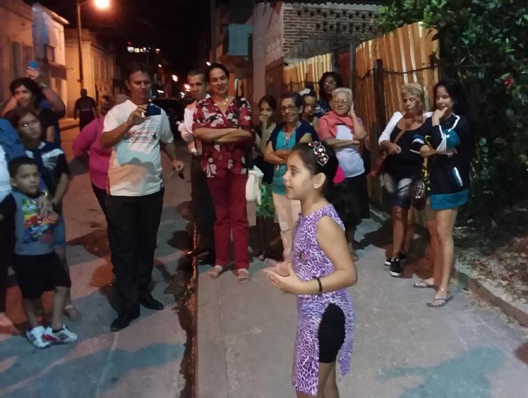 Candidatos a Diputados a la Asamblea Nacional y a Delegados a la Asamblea Provincial del Poder Popular por el Distrito 5 en Holguín intercambian en el barrio. Foto: Jorge Mendoza (Delegado de mi Circunscripción).