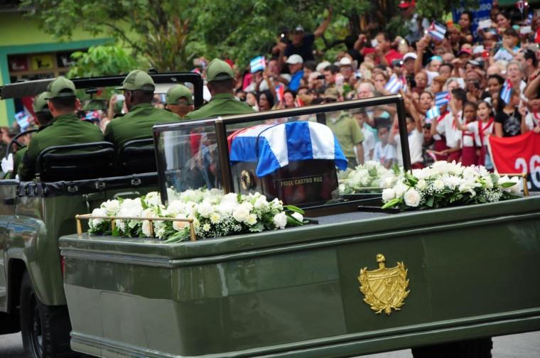 Caravana con las cenizas de Fidel rumbo a Santiago de Cuba. (Foto: Vicente Brito/ Escambray)