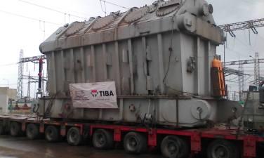 Operación de traslado de un transformador eléctrico de gran porte por Mayarí, Holguín. Foto: Emilio Rodríguez Pupo.