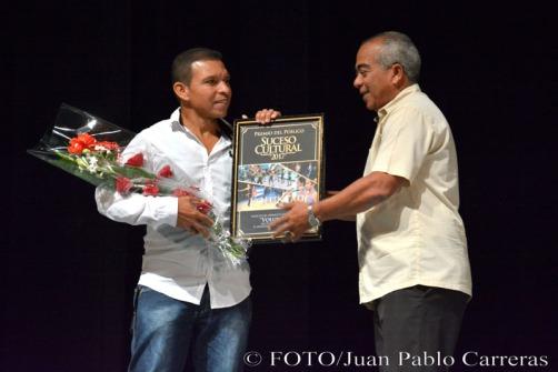 Faustino Fonseca (D), director provincial de Cultura entregó el Premio del Público al proyecto Voluntad, durante la gala de premiaciones, efectuada en el Teatro Eddy Suñol, de la ciudad de Holguín, Cuba, el 6 de marzo de 2018. ACN FOTO/Juan Pablo CARRERAS
