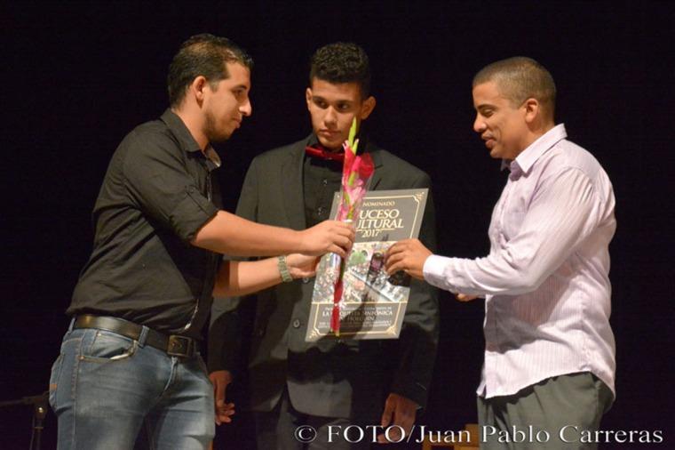El periodista Luis Mario Rodríguez Suñol (I), del semanario ¡ahora! entregó al Maestro Orestes Saavedra (D) el reconocimiento por la nominación como Suceso Cultural en Holguín a la prolífica temporada de conciertos de la Orquesta Sinfónica de Holguín, durante la gala de premiaciones, efectuada en el Teatro Eddy Suñol, de la ciudad de Holguín, Cuba, el 6 de marzo de 2018. ACN FOTO/Juan Pablo CARRERAS