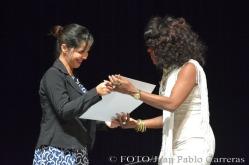 La fotorreportera Heidi Calderón (I), de la emisora Radio Holguín, entregó el reconocimiento por la nominación como Suceso Cultural en Holguín a la solista Lucrecia Marín (D), concierto A lo cubano, durante la gala de premiaciones, efectuada en el Teatro Eddy Suñol, de la ciudad de Holguín, Cuba, el 6 de marzo de 2018. ACN FOTO/Juan Pablo CARRERAS
