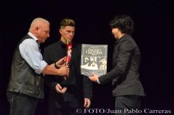 El periodista Germán Veloz Placencia (I), corresponsal del periódico Granma, entregó al dramaturgo Yunior García (D) el reconocimiento por la nominación como Suceso Cultural en Holguín a los lauros alcanzados por la obra Jacuzzi del grupo Trébol Teatro dentro del panorama escénico cubano, durante la gala de premiaciones, efectuada en el Teatro Eddy Suñol, de la ciudad de Holguín, Cuba, el 6 de marzo de 2018. ACN FOTO/Juan Pablo CARRERAS