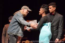 La periodista Claudia Hernández Maden (D), del Centro de Comunicación La Luz, entregó al trovador Raúl Prieto (I) el reconocimiento por la nominación como Suceso Cultural en Holguín al espacio Feria de los Trovadores en el Callejón de los Milagros de la Plaza de la Marqueta, durante la gala de premiaciones, efectuada en el Teatro Eddy Suñol, de la ciudad de Holguín, Cuba, el 6 de marzo de 2018. ACN FOTO/Juan Pablo CARRERAS