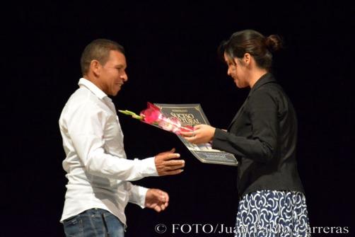 La fotorreportera Heidi Calderón (D), de la emisora Radio Holguín, entregó el reconocimiento por la nominación como Suceso Cultural en Holguín al Proyecto Voluntad, durante la gala de premiaciones, efectuada en el Teatro Eddy Suñol, de la ciudad de Holguín, Cuba, el 6 de marzo de 2018. ACN FOTO/Juan Pablo CARRERAS