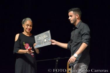 El periodista Antonio Jesús Matos (D), de la emisora Radio Holguín entregó el reconocimiento por la nominación como Suceso Cultural en Holguín a la temporada de estreno de la compañía Codanza con motivo de su aniversario 25, durante la gala de premiaciones, efectuada en el Teatro Eddy Suñol, de la ciudad de Holguín, Cuba, el 6 de marzo de 2018. ACN FOTO/Juan Pablo CARRERAS