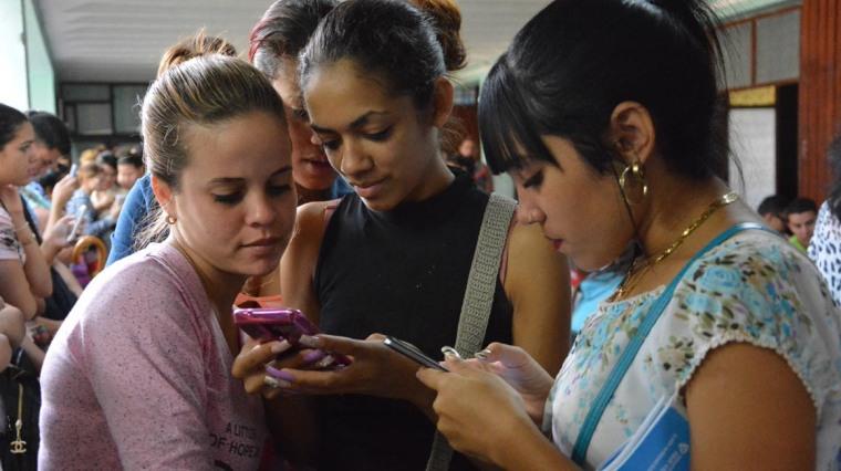 Estudiantes de la Universidad de Holguín participan en el avispero Voto #PorCuba. Sede José de la Luz y Caballero el 2 de marzo de 2018. UHO FOTO/Heidi Marlen Viguera.