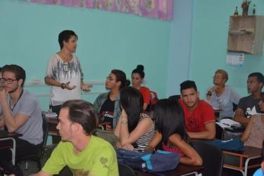 La Dr. C. Yohannia Ochoa, Decana de la Facultad de Comunicación y Letras, interviene en la asamblea de la FEU de la Brigada de primer año de Licenciatura en Español. UHO FOTO/Luis Ernesto Ruiz Martínez.