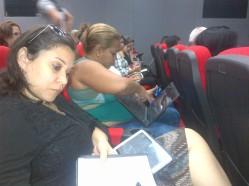 Comunicadores de las universidades compartiendo sobre redes sociales e internet en el teatro del MES.