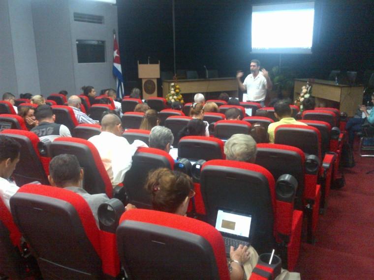 Comunicadores de las universidades compafrtiendo sobre redes sociales e internet en el teatro del MES.