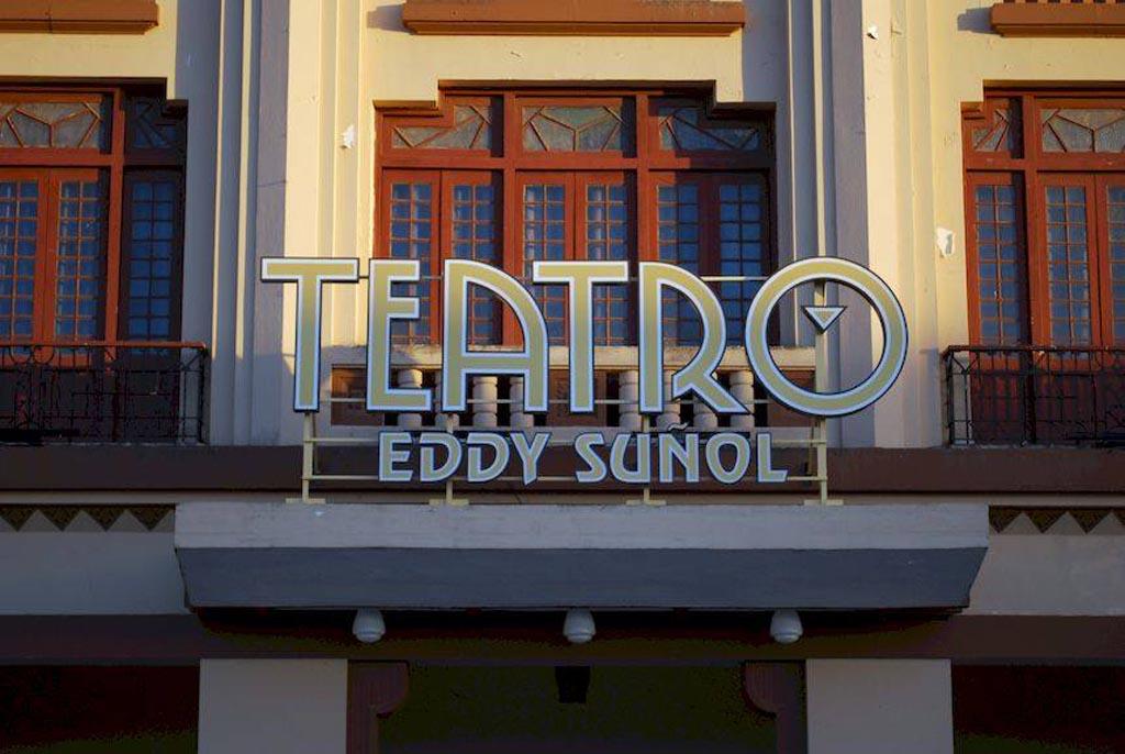 Instalan nuevo lumínico en Teatro Eddy Suñol de Holguín (+Fotos)