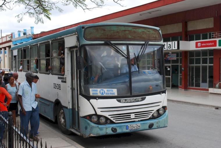 El miércoles 14 de marzo, comenzaron a cambiarse las denominaciones de las rutas de ómnibus urbanos en Holguín para, según autoridades del transporte, estandarizarlas en todo el país. Solo la radio local informó antes del cambio, por lo que muchos holguineros fueron sorprendidos por las nuevas Rutas. VdC FOTO/Carlos Parra Zaldívar.
