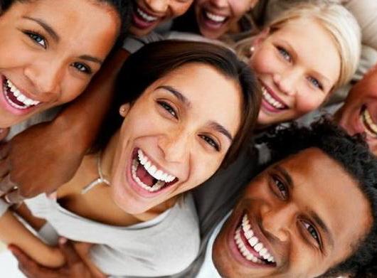 No esperemos a ser licenciados, máster o tener una casa, un carro y viajar el mundo para ser felices. Conozco mucha gente que esperó para tener esas cosas y serlo y cuando finalmente las tuvieron estaban solos, sin nadie para compartir su felicidad. Foto: Radio Angulo