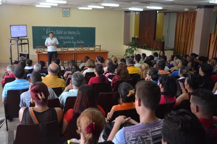 El Dr. C. Roberto Pérez Almaguer, Vicerrector de Formación, en el acto de apertura del V Taller Universidad-Sociedad desarrollado el 14 de marzo de 2018, en la sede José de la Luz y Caballero, de la Universidad de Holguín. UHO FOTO/Luis Ernesto Ruiz Martínez.