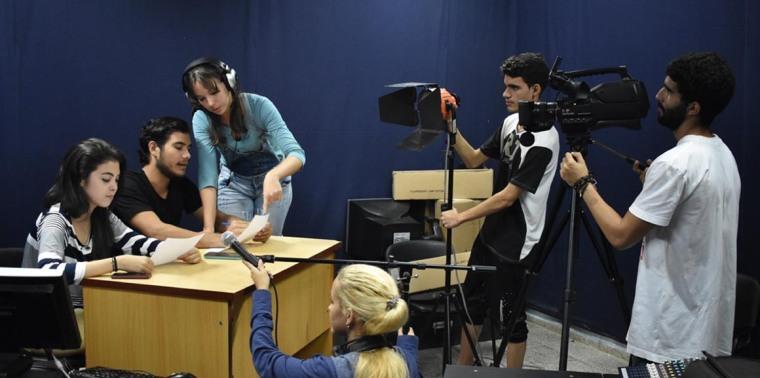 Estudiantes de periodismo de la Universidad de Holguín durante la realización de uno de sus producciones. Foto tomada de la página de la Carrera de Periodismo de la UHo.