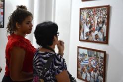 """El público aprecia la Exposición fotográfica """"Memoria de luchas"""", del fotógrafo Albino Moldes, inaugurada en la sede provincial de la UNEAC de Holguín, el 30 de abril de 2018. VdC FOTO/Luis Ernesto Ruiz Martínez."""