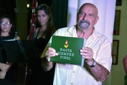 """Lupe Isabel Fernández, Delegada del ICAP en Holguín, entregó el libro """"Hasta Siempre Fidel"""" a Albino Moldes, durante laInauguración de la Exposición fotográfica """"Memoria de luchas"""", efectuada en la sede provincial de la UNEAC de Holguín, el 30 de abril de 2018. VdC FOTO/Luis Ernesto Ruiz Martínez."""