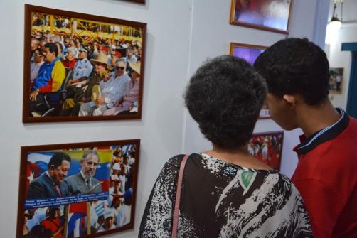 """El público aprecia la Exposición fotográfica """"Memoria de luchas"""", del fotógrafo Albino Moldes1, inaugurada en la sede provincial de la UNEAC de Holguín, el 30 de abril de 2018. VdC FOTO/Luis Ernesto Ruiz Martínez."""