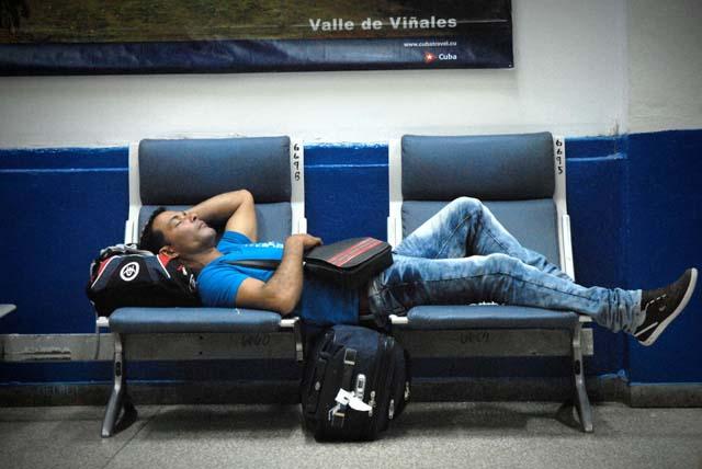 Molestias causadas a los pasajeros por la aerolínea Cubana de Aviación ante la demora de todas sus salidas por la terminal de vuelos nacionales del Aeropuerto Internacional José Martí, de Rancho Boyeros, en La Habana, Cuba, el 6 de noviembre de 2015. ACN FOTO/Juan Pablo CARRERAS