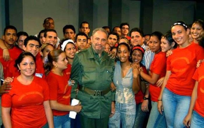 Fidel con jóvenes cubanos. Foto tomada de Radio Rebelde.