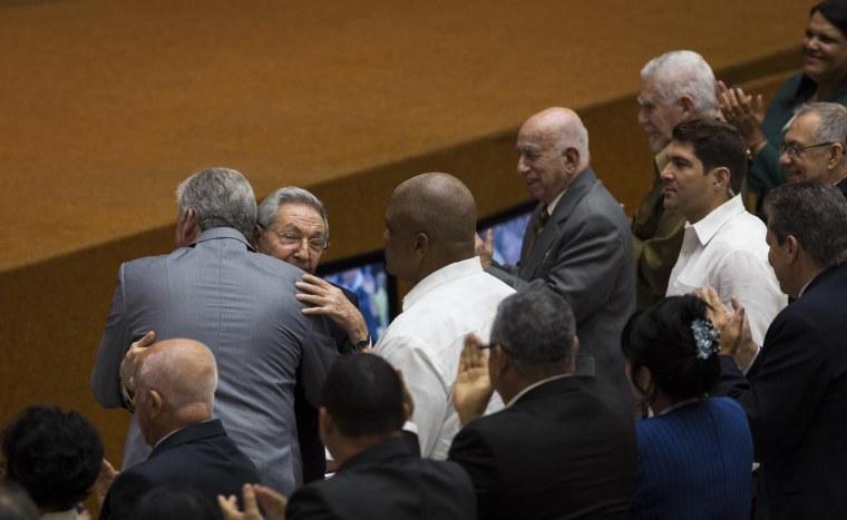 El General de Ejército Raúl Castro Ruz abraza a Miguel Díaz-Canel una vez propuesto como candidato a Presidente del Consejo de Estado y del Consejo de Ministros de la República de Cuba. Foto: Irene Pérez/ Cubadebate.