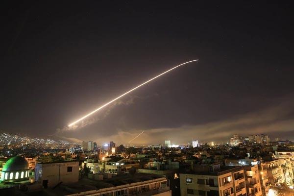 Misil lanzasdo por Estados Unidos cruza el cielo de Damasco. Foto tomada de internet.