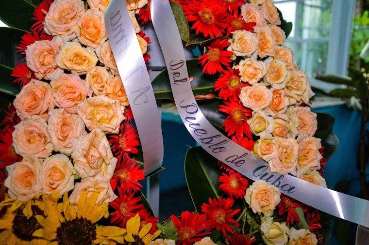 """Empresa Provincial de Servicios Comunales, asume la misión de personalizar cada ofrenda floral, en nombre """"Del pueblo de Cuba"""", a las víctimas fatales del accidente aéreo ocurrido en La Habana, que arriban a la ciudad de Holguín, Cuba, 21 de mayo de 2018. ACN FOTO/Juan Pablo CARRERAS"""