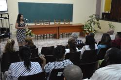 La Dr. C. Marisol Pérez Campaña. Vicerrectora de la Universidad de Holguín, felicita a los nuevos doctores en el acto de entrega de Títulos de Doctor en Ciencias, efectuado en la sede José de la Luz y Caballero de la Universidad de Holguín, el 30 de mayo de 2018. UHo FOTO/Luis Ernesto Ruiz Martínez.