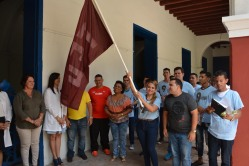 Yanet Pupo, Presidente de la FEU de la Universidad de Ciencias Médicas, sostiene la bandera de la organización que llevarán los holguineros al Noveno Congreso de la Federación Estudiantil Universitaria. UHo FOTO/Luis Ernesto Ruiz Martínez.