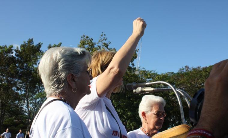 Mirta y Magali (Madres de Antonio y Fernando, respectivamente) junto a Cindy Sheehan. Foto: Cubainformación.