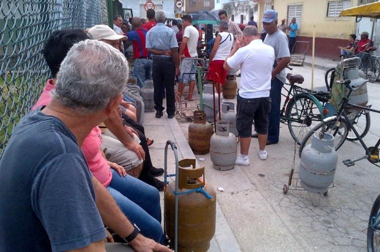 Cola para comprar gas licuado en Holguín. VdC FOTO/Luis Ernesto Ruiz Martínez.