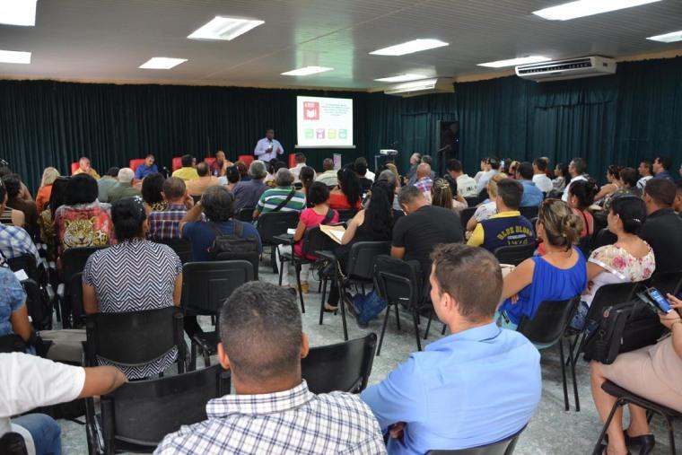 El Dr. C. Pedro Valiente Sandó imparte la Conferenciua Inaugural del Cuarto Taller Nacional sobre estudios de Dirección, efectuado en Expo Holguín los días 1 y 2 de junio de 2018. UHo FOTO/Luis Ernesto Ruiz Martínez.