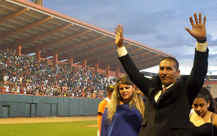 Momento del retiro oficial de Ariel Pestano Valdés en el estadio Sandino de Santa Clara, ese día colmado de pueblo. / Foto: Carolina Vilches Monzón, tomadas de su blog Claroscuros.
