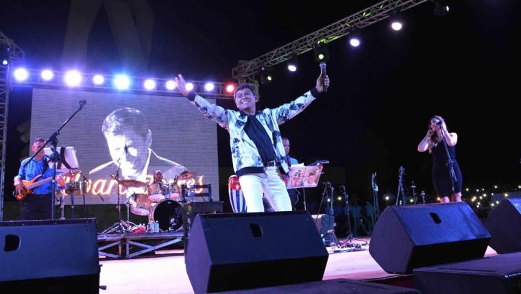 El cantante salvadoreño Álvaro Torres, cautiva al público camagüeyano, durante el concierto en la Plaza de la Revolución Mayor General Ignacio Agramonte Loynaz, en Camagüey, Cuba, el 15 de julio de 2018. ACN FOTO/ Rodolfo BLANCO CUÉ