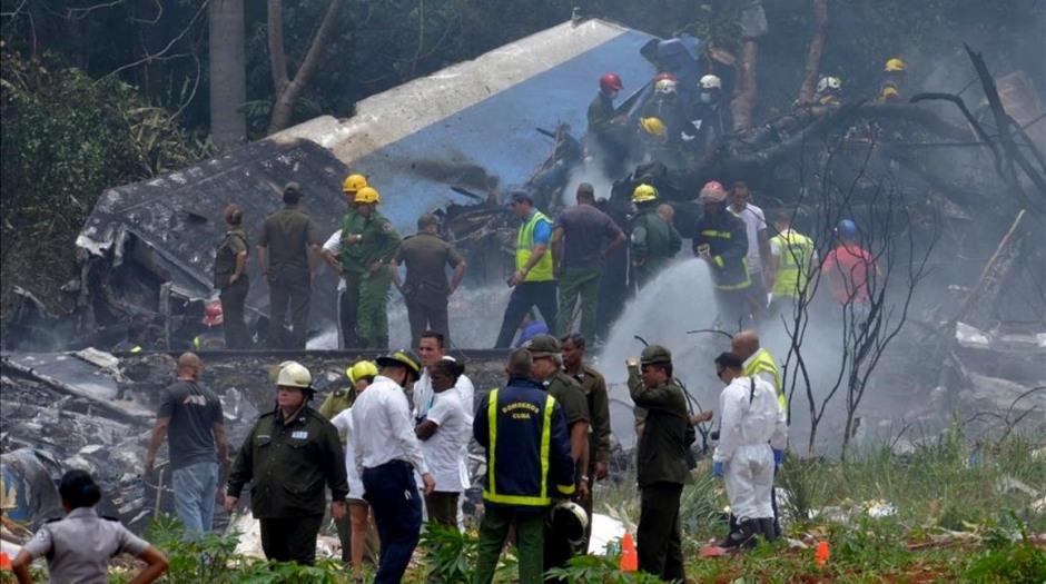 Los servicios de emergencia en el avión estrellado tras despegar de La Habana. / Foto; Adalberto Roque/AFP