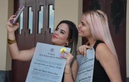 Varios egresados se tomaron selfies al concluir el acto de Graduación del curso regular diurno de la Universidad de Holguín, efectuado en el Teatro Comandante Eddy Suñol, el domingo 15 de julio de 2018. UHo FOTO/Luis Ernesto Ruiz Martínez.