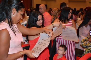 Los egresados muestran sus Títulos al concluir el acto de Graduación de los cursos por encuentro y de educación a distancia de la Universidad de Holguín, efectuado en el Teatro Comandante Eddy Suñol, el domingo 15 de julio de 2018. UHo FOTO/Torralbas.