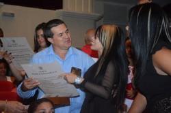 Ernesto Santiesteban Velázquez, Primer Secretario del PCC en Holguín, entrega Títulos de Oro durante el acto de Graduación del curso regular diurno de la Universidad de Holguín, efectuado en el Teatro Comandante Eddy Suñol, el domingo 15 de julio de 2018. UHo FOTO/Torralbas.