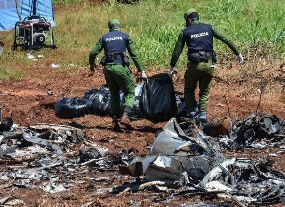 Especialistas cubanos recolectan evidencias en el lugar donde ocurriera el accidente aéreo del vuelo de Cubana de Aviación. Foto: ACN.