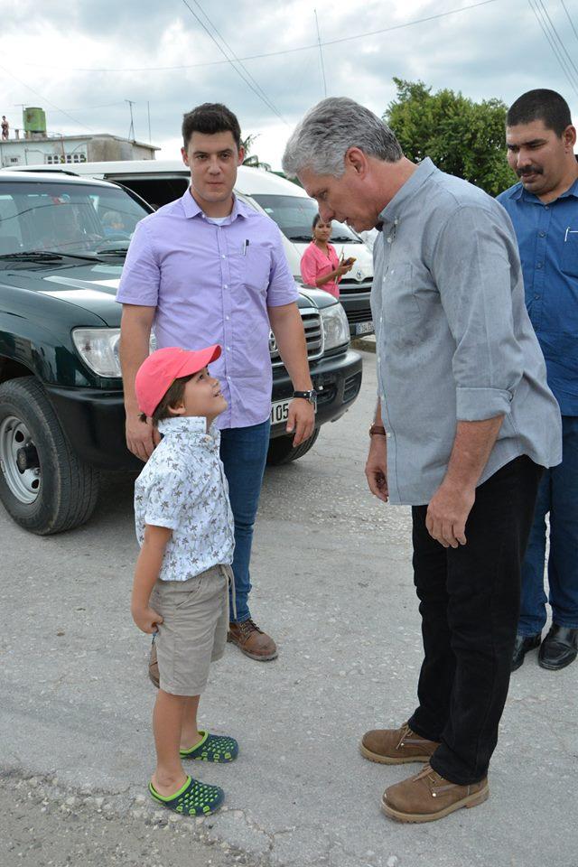 Una de las tahntas paradas de Díaz-Canel para conversar con los niños durante su visita a Holguín. Foto: Estudios Revolución.