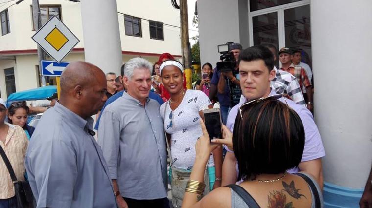 Díaz-Canel intercambió con el pueblo holguinero frente a la tienda La Luz de Yara. Foto: Yamila Grethel Cuenca Durán/Radio Holguín