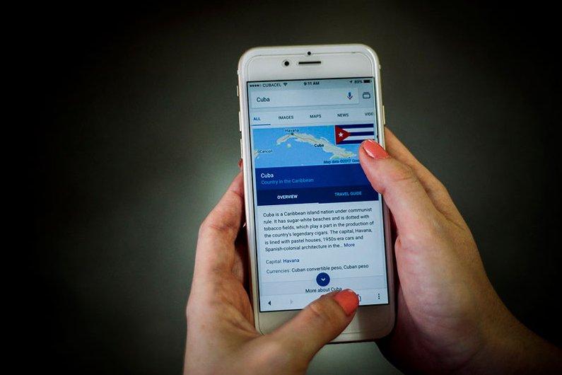 La activación de la red de datos móviles a modo de prueba este 14 de agosto fue aplaudida por los usuarios de Etecsa. Foto: Fernando Medina Fernández/JR.