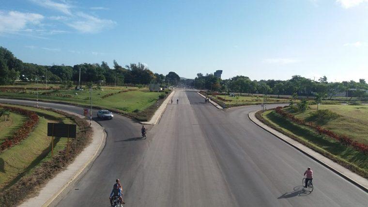 Avabnzan las obras de remodelación del tramo de la Carretera Central en Holguín, desde el Trébol hasta La Plaquita. Foto: ECOI17.