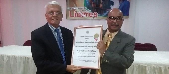 Uno de los tantos reconocimientos recibidos por el Dr. C. Roberto Rodríguez Córdova.