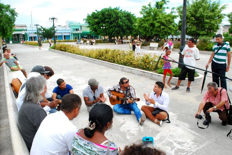 Reconocidos trovadores y humoristas cubanos descargan en parque Calixto García. Foto: Carlos Parra Zaldívar.