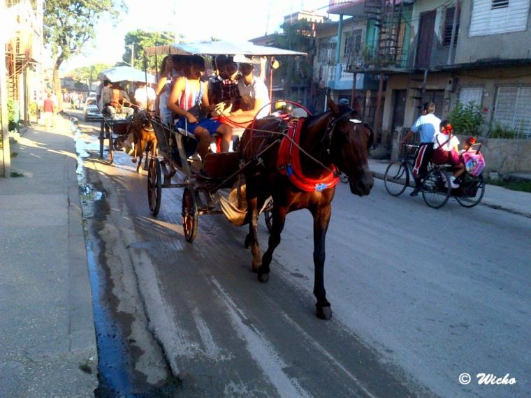 Los coches siguen siendo una opción para el transporte de pasajeros en Holguín. VdC Foto/Luis Ernesto Ruiz Martínez.