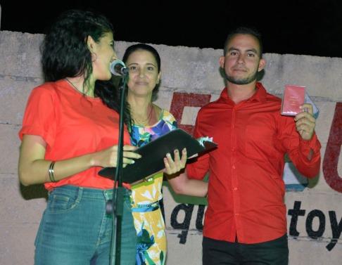 Manuel Pérez Almenares, Presidente en funciones de la FEU, recibe el carné de militante del PCC de manos de La Dr. C. Anabel Naranjo Paz, Miembro del Comité Central y Secretaria del Partido en la Uho. VdC FOTO/Luis Ernesto Ruiz Martínez.