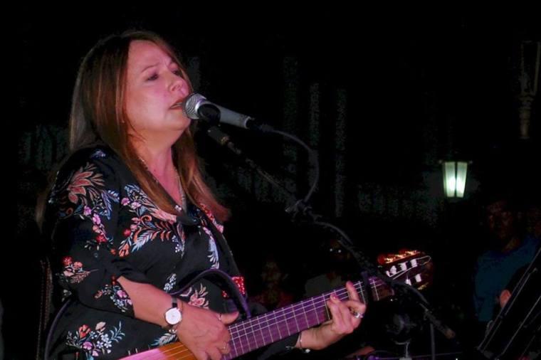 Concierto de Liuba María Hevia en la Plaza de la Marqueta, Holguín. Foto: Carlos Parra Zaldívar.